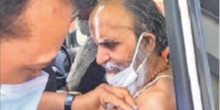 Ghanshyamacharya Ji Maharaj took the first dose of covid vaccine at Suyash Hospital in Indore